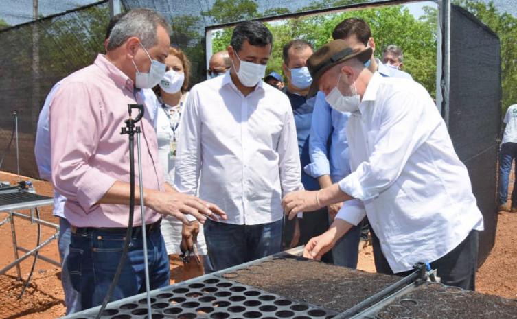Governador Mauro Carlesse, inspecionou o viveiro de mudas que está sendo instalado para promover a recuperação de nascentes no Estado