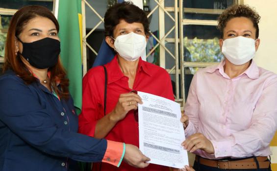 Entrega de ônibus e assinatura de parceria para uso de unidade de ensino marcam agenda da Educação em Gurupi