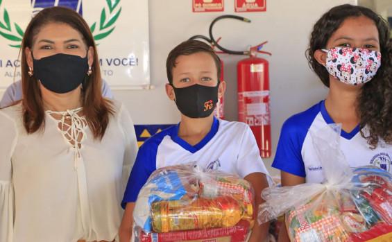 Governo do Tocantins entrega de kits de alimentos para estudantes da rede estadual de Crixás e Aliança do Tocantins
