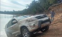 Em Pium, bombeiros militares recuperam camionete submersa no Rio Javaés