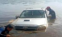 Em Pium, bombeiros militares recuperam caminhonete submersa no Rio Javaés