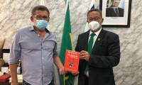"""Secretário Tom Lyra recebe Jonas Barros, advogado gurupiense e um dos autores do livro """"Na ponta da Língua – Causos 'coisados''"""