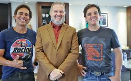 Governador Mauro Carlesse recebe dupla sertaneja Guilherme e Santiago