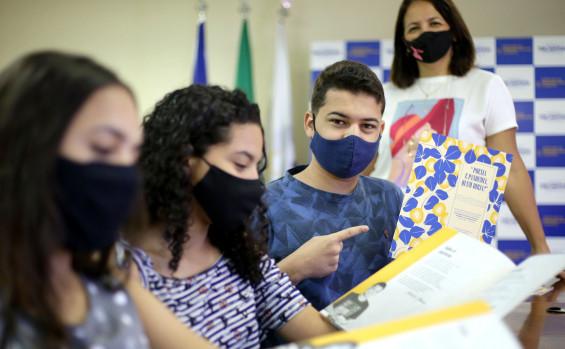 Educação celebra lançamento de livro de estudantes da Escola Estadual Professora Elizângela Glória Cardoso