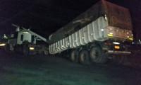 Caminhão colide com poste, que atinge cabine e fere motorista em Gurupi