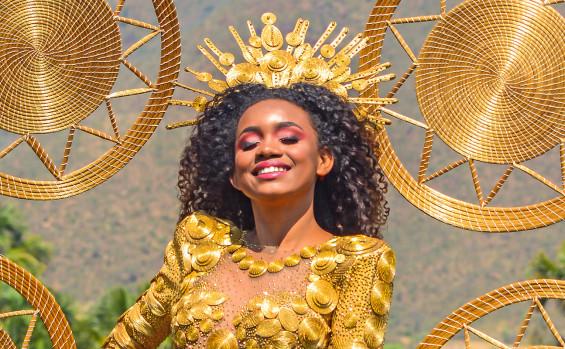 Vestido de capim dourado é destaque da Festa da Colheita da comunidade Mumbuca