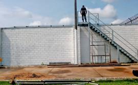 Espaço para banho de sol na Unidade de Tratamento Penal Barra da Grota é construído com a mão de obra de custodiados